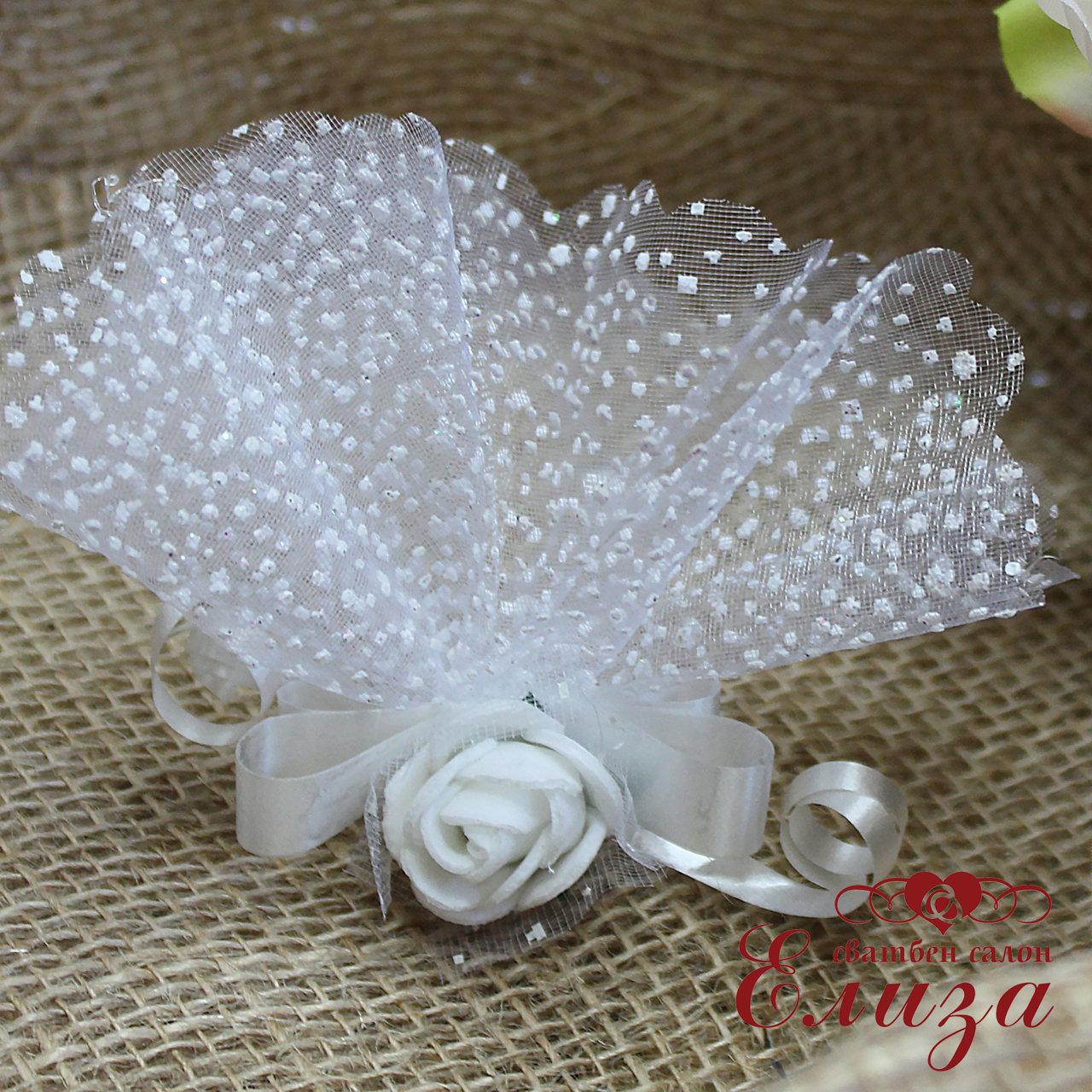 Сватбени късметчета в бяло